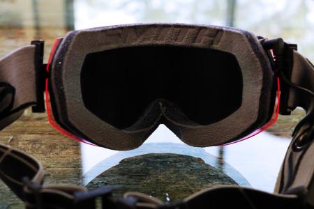 Černým kartonem překryté a oblepené lyžařské brýle